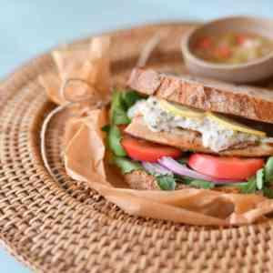 シイラハーブ&ガーリックのタルタルサンドイッチ ©Cassiestable